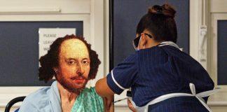William Shakespeare tomando vacina da COVID-19