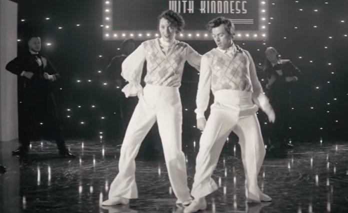 Harry Styles e Phoebe Waller-Bridge no clipe de Treat People With Kindness
