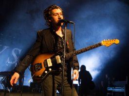 Alex Turner com o Arctic Monkeys em Londres, 2018