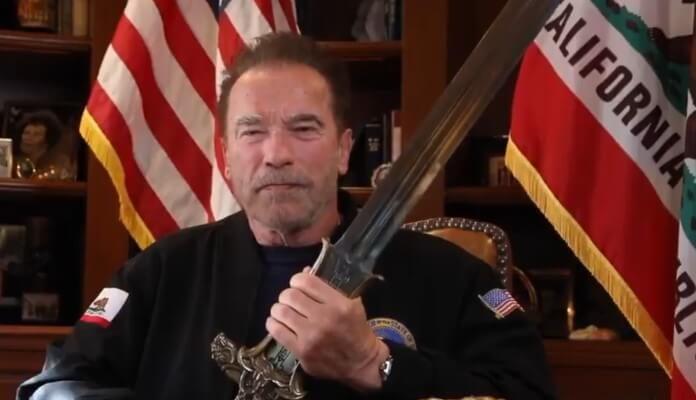 Arnold Schwarzenegger com a espada de Conan