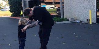 Bam Margera ensinando o filho a andar de skate