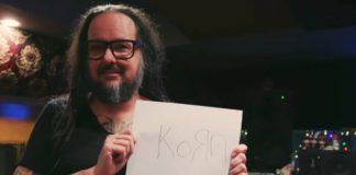 Jonathan Davis e o logotipo do KoRn