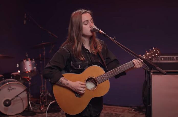 "Julien Baker lança seu novo single ""Hardline"""