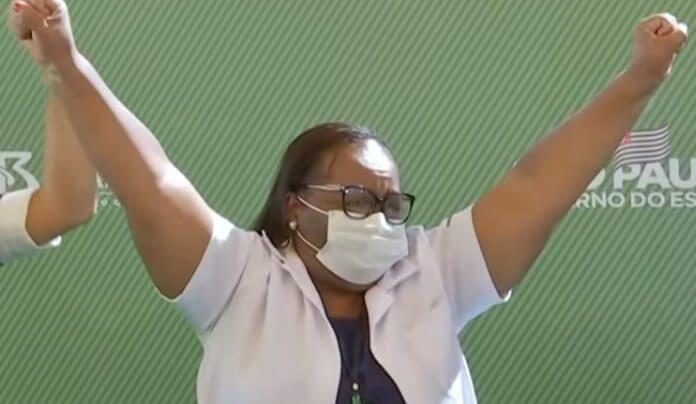 Monica Calazans, a primeira pessoa vacinada no Brasil