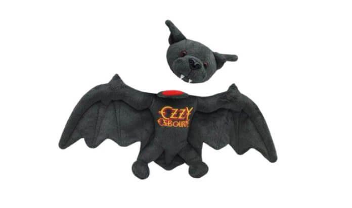 Ozzy Osbourne e morcego de pelúcia