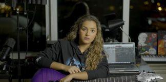 Zaria, TikToker e fã do Metallica, toca seus riffs preferidos