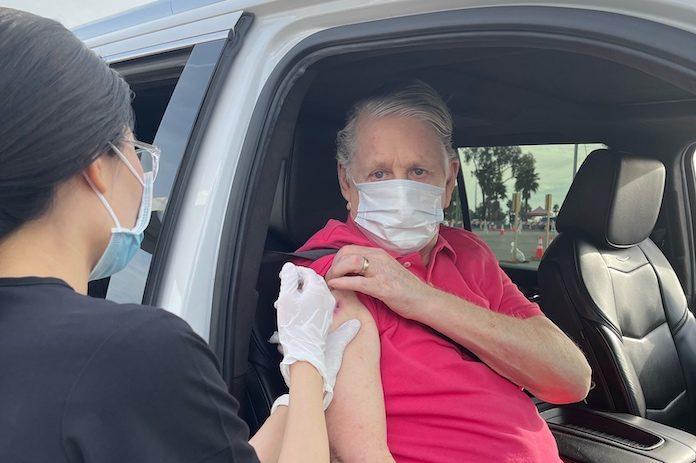Brian Wilson recebe vacina da COVID-19