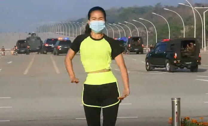 Mulher grava vídeo em Mianmar durante golpe militar
