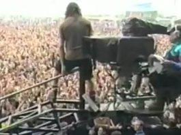 Eddie Vedder se jogando na plateia