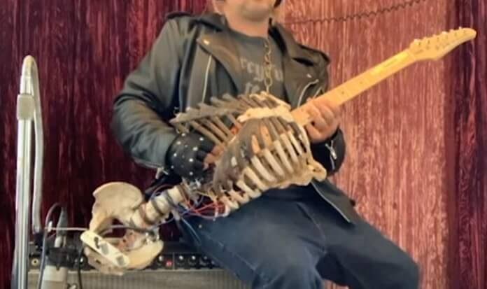 Guitarra com esqueleto - Skelecaster