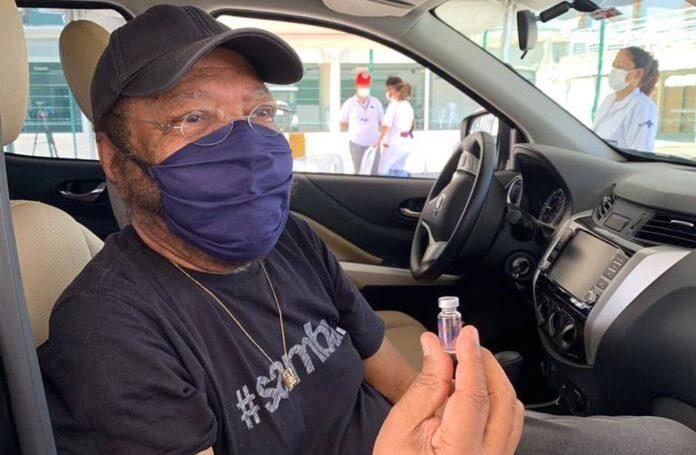 Martinho da Vila é vacinado contra a COVID-19