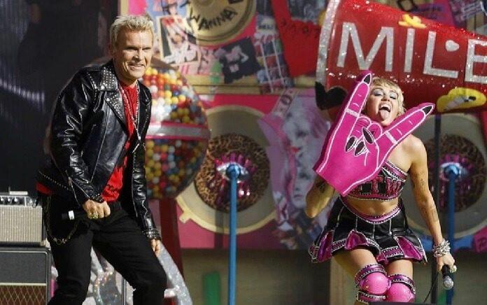 Miley Cyrus faz apresentação impactante no pré-show do Super Bowl