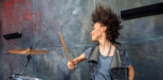 Mulher tocando bateria