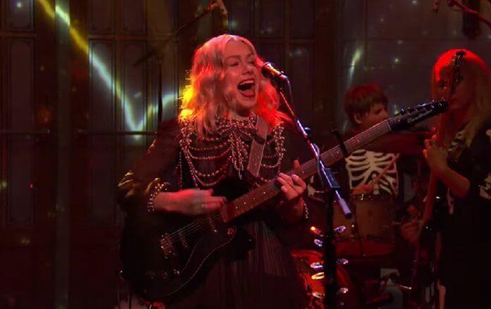 Phoebe Bridgers estreia no Saturday Night Live