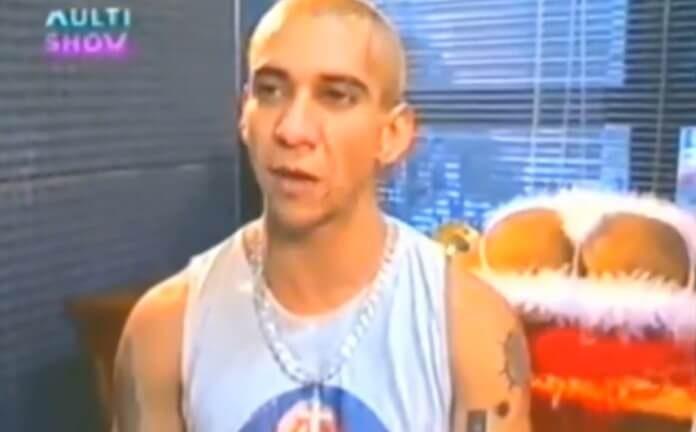 Rodolfo, vocalista do Raimundos em 1999