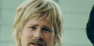 """Tom DeLonge como Boomer no clipe de """"First Date"""", do Blink-182"""