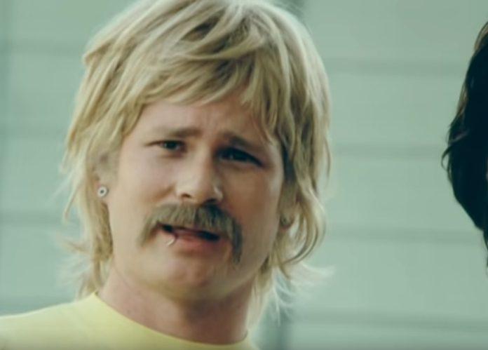 Tom DeLonge como Boomer no clipe de