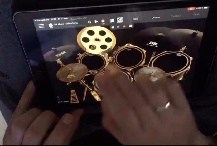 Músico toca bateria em iPad