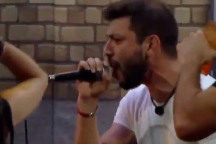 Caio cantando CPM 22 no BBB