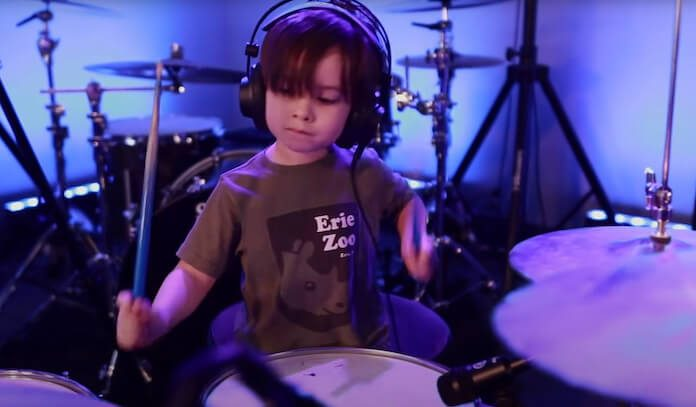 Coen, de 4 anos, toca Metal na bateria