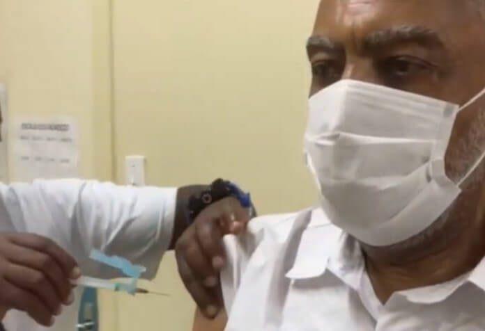 Gilberto Gil é vacinado contra a COVID-19
