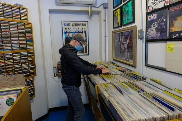 Homem em loja de discos