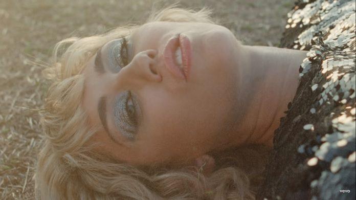 Miley Cyrus lança clipe gravado no pré-show do Super Bowl; Veja