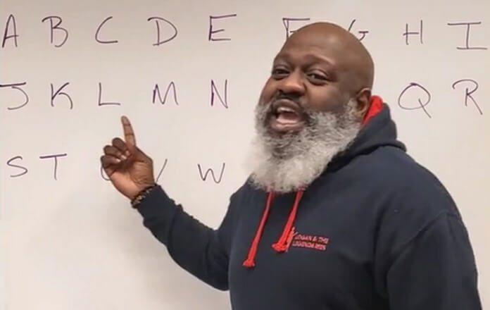 Professor ensina alfabeto Heavy Metal
