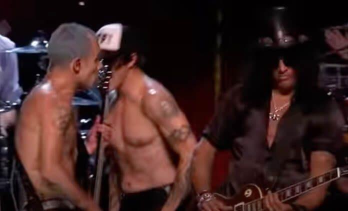 Flea (RHCP) e Slash tocando