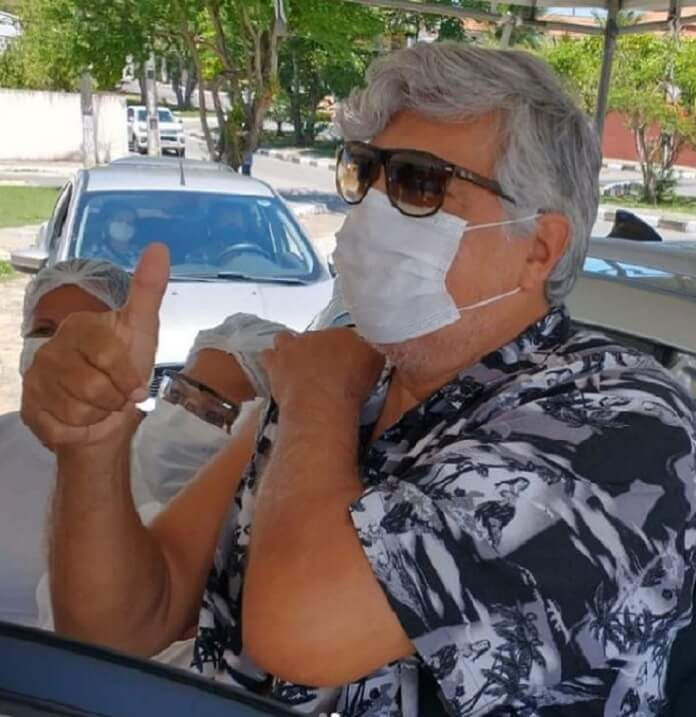 Sidney Magal recebe primeira dose da vacina contra a COVID-19