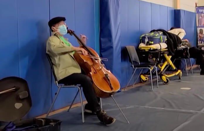 Yo-Yo Ma toca violoncelo em fila para vacina da COVID-19