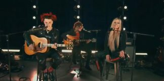 """YUNGBLUD e Avril Lavigne cantam juntos """"I'm With You"""""""