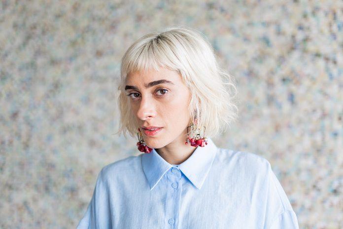 Juliana Linhares discute estereótipos regionais no disco
