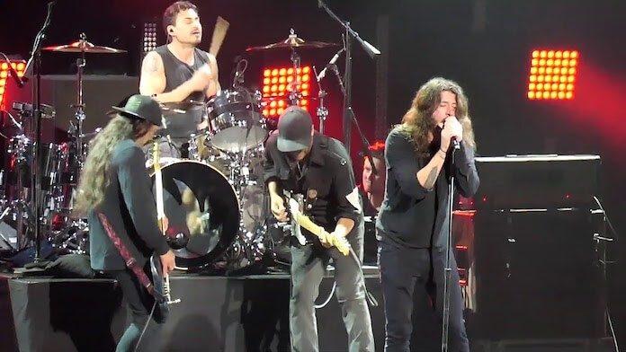 Dave Grohl e Robert Trujillo com o Audioslave