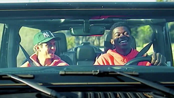 Lil Nas X e Dominic Fike se beijam em novo clipe romântico e psicodélico do BROCKHAMPTON