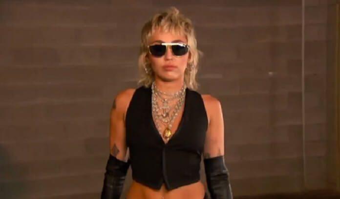 Miley Cyrus toca clássicos do Rock em novo show