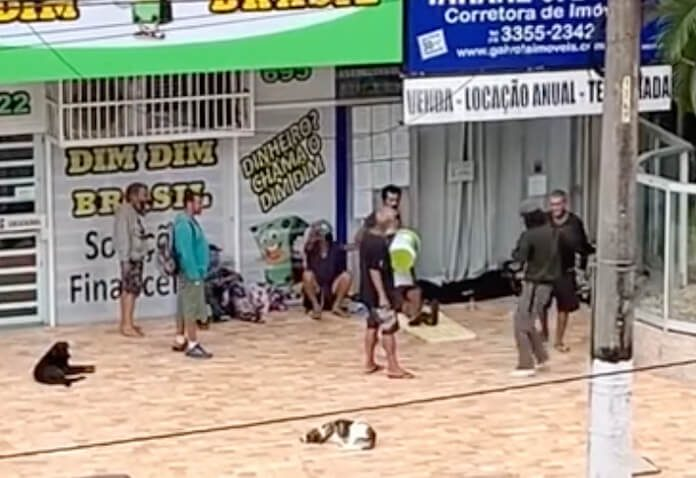 Moradores de rua cantam Foo Fighters