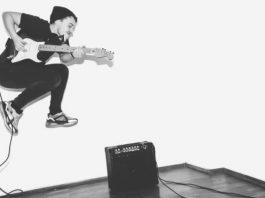 Guitarrista pulando