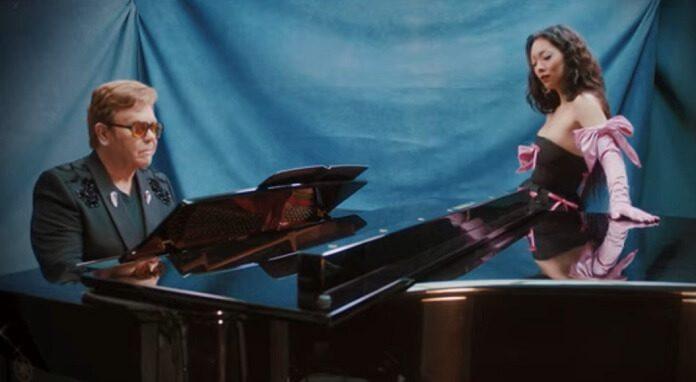 Rina Sawayama convida Elton John para versão belíssima de