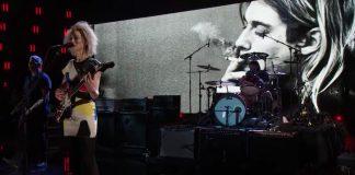 """St. Vincent tocando """"Lithium"""" com o Nirvana"""