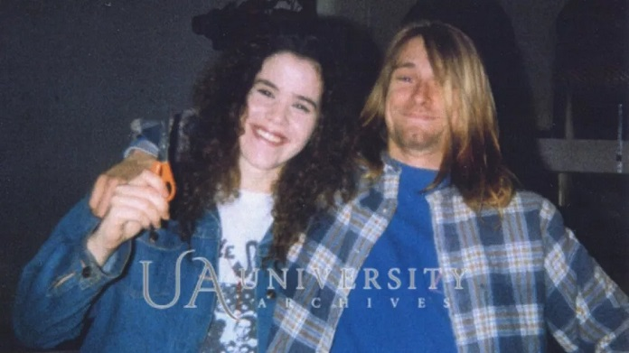 Kurt Cobain cortando o cabelo 1