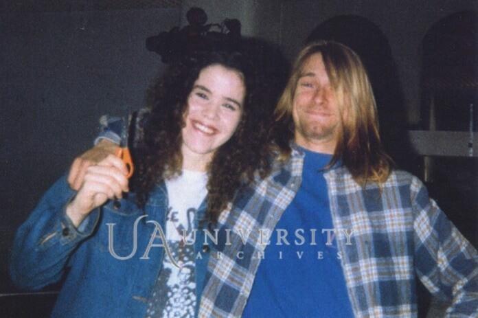 Kurt Cobain cortando o cabelo