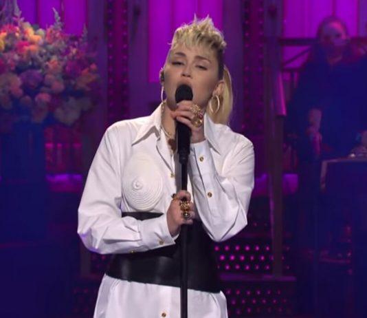 Miley Cyrus canta Dolly Parton no Saturday Night Live