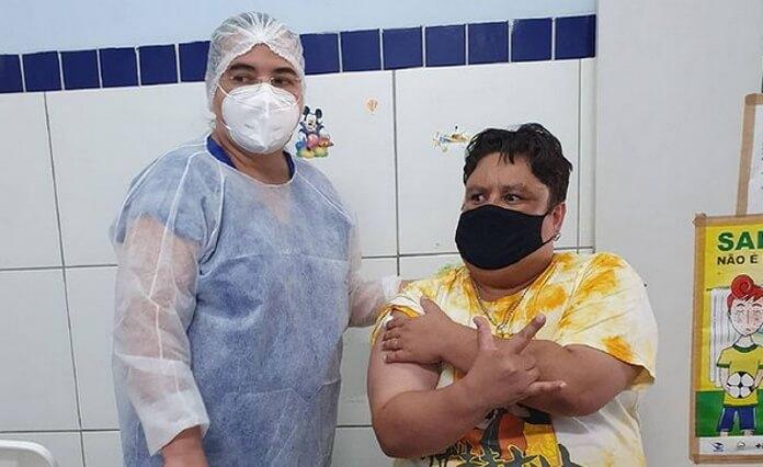 Júnior Groovador recebe vacina da COVID-19