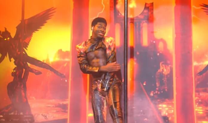 Calça de Lil Nas X rasga em sua estreia marcante no SNL
