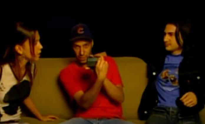 Tom Morello usando pager em entrevista