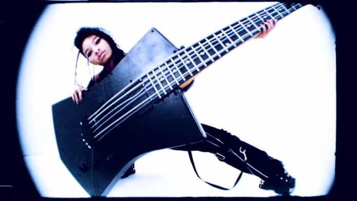 Willow celebra a guitarra em Transparent Soul