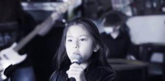 Menina de 8 anos canta Sepultura