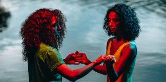 BaianaSystem destaca o amor feminino em novo clipe; assista