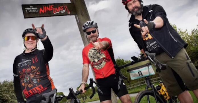 Bruce Dickinson pedala para ajudar caridade